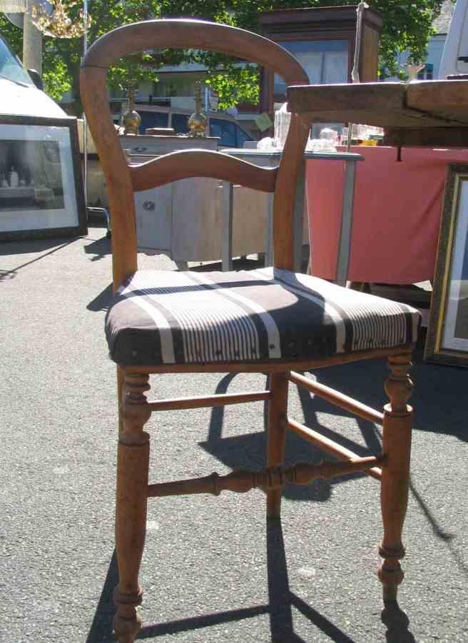 chaise en bois et capitonnage